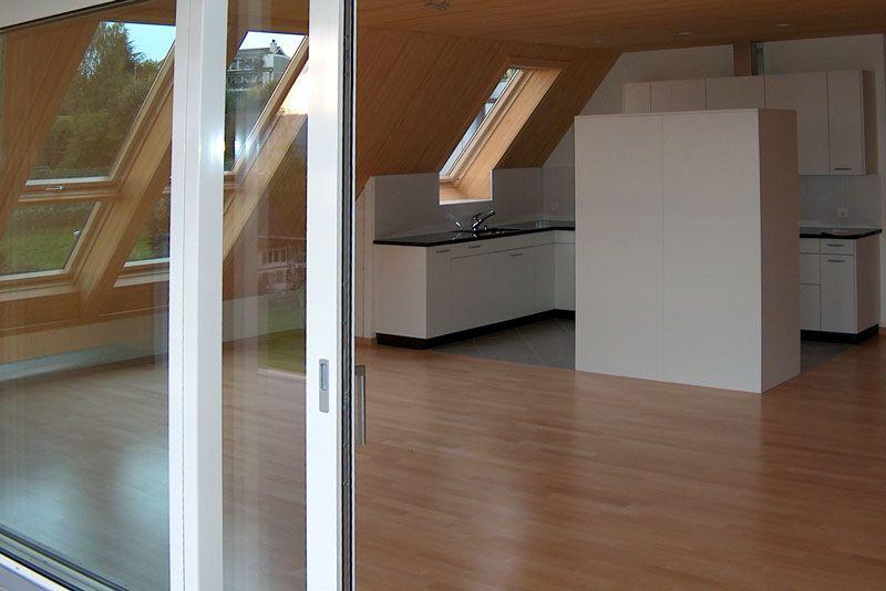 Blick in Wohnraum und Küche der Dachwohnung