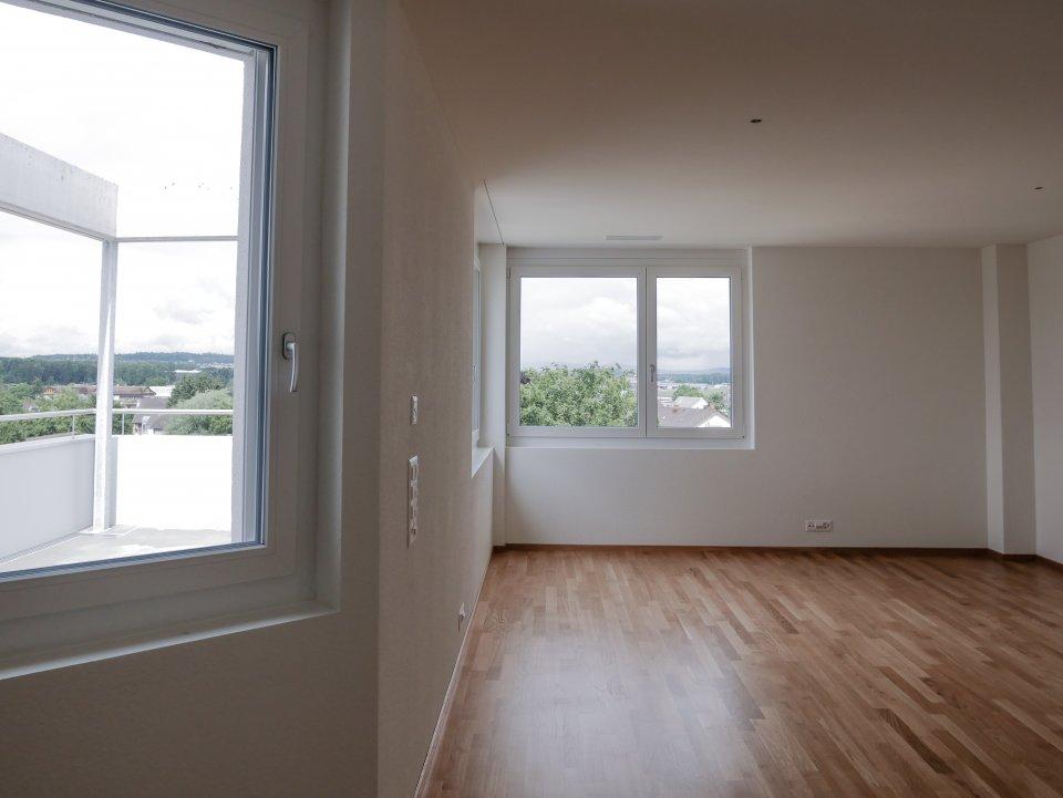 Attika Wohnung: Wohnzimmer, Sicht zum Balkon
